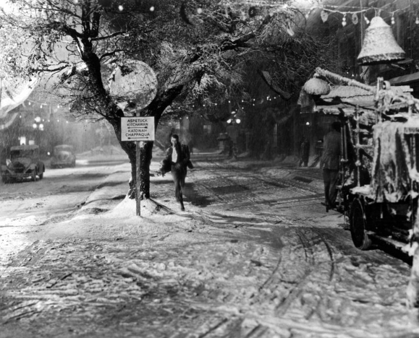 its-a-wonderful-life-1947-005-james-stewart-running-in-the-snow-00m-ylt_0